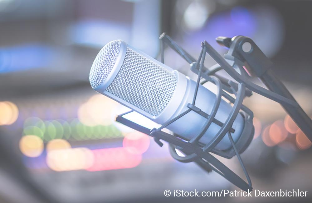 Aufnahmemikrofon vor unscharfem Hintergrund